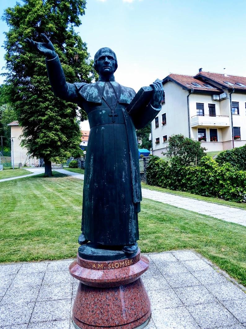 Lendava (Lendva) - kip Anton Martin Slomška na Cerkvenem trgu (Anton Martin Slomšek-szobor a templom téren)