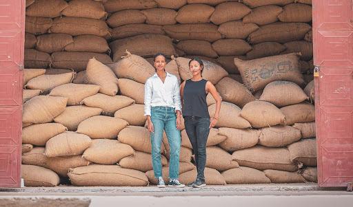 Sali und Sara Nuru vor Kaffeelager