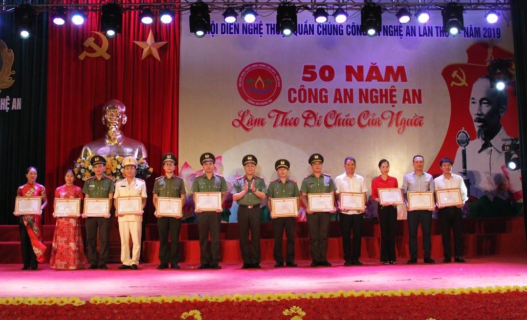 Tặng Giấy khen của Công an tỉnh cho các đơn vị, cá nhân có thành tích xuất sắc trong công tác tổ chức Hội diễn