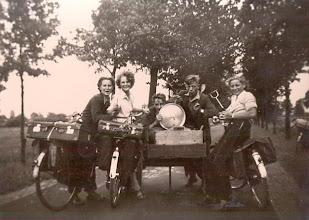 Photo: JG kamp 1951 te Hooghalen v.l.n.r.: Aaltje Brinks, Geertje Lanjouw, Hendrik Hadderingh Thale zoon, Bouw Rozenveld en Aaltje Hadderingh