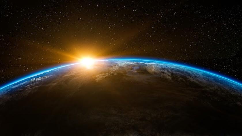 La Tierra gira alrededor del Sol, describiendo una órbita de 930 millones de kilómetros.