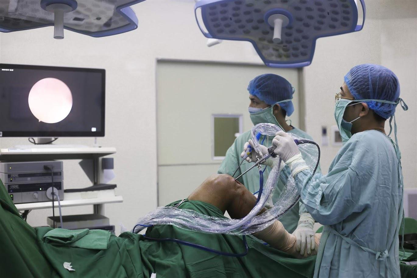Hình ảnh bác sĩ thực hiện phẫu thuật nội soi tái tạo dây chằng chéo trước