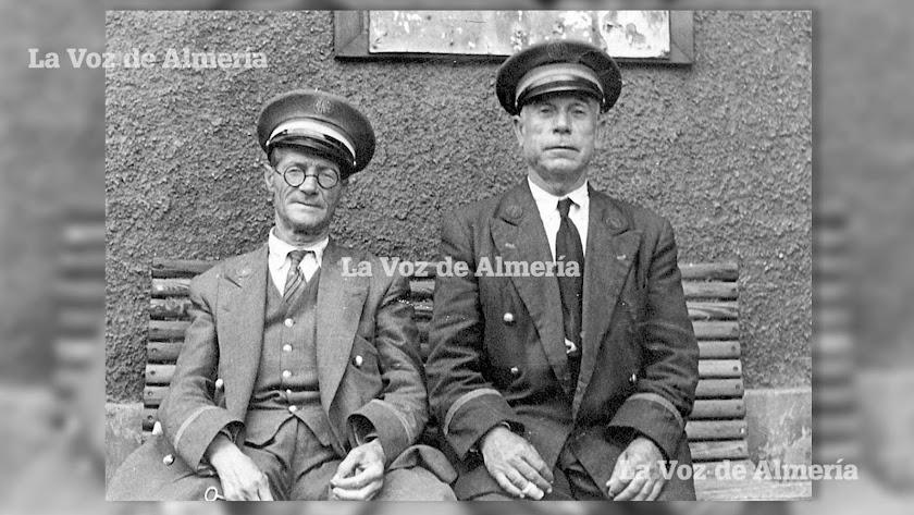 Empleados del ferrocarril en un banco de la estación de Almería. El tren generaba muchos empleos que hoy han desaparecido.