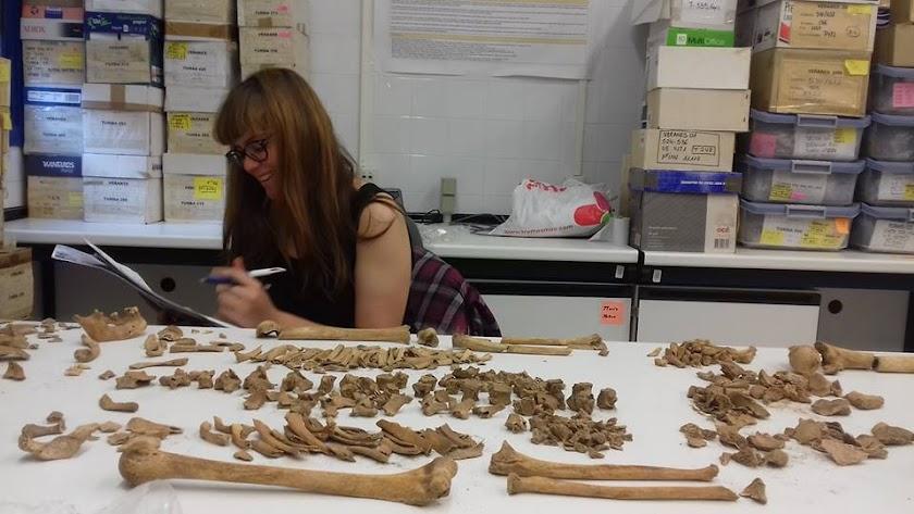 La antropóloga Sofía Zdral estudiando uno de los esqueletos hallados en Macael.