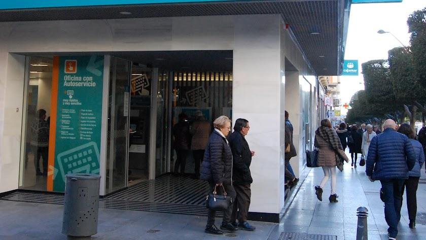 Oficina de la entidad Cajamar en el Paseo de Almería esquina con la calle Navarro Rodrigo.