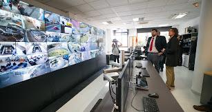 El concejal, Francisco Gutiérrez, supervisando las cámaras de vigilancia.
