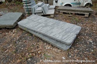 Photo: Bank- und Tischplatten aus Maggiagneis Oberfläche naturgespalten, Kanten gebrochen