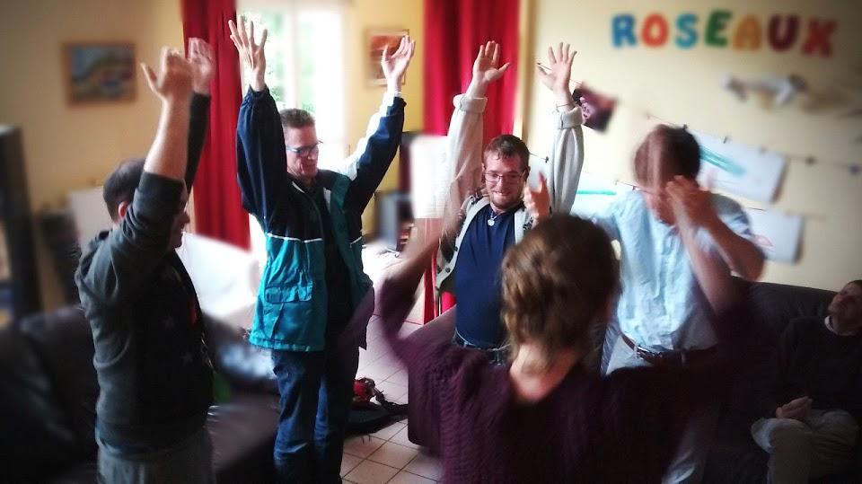 personne handicapées mentales dansent dans un atelier choregraphie de l'arche