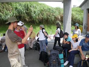 Photo: 大家在擎天崗的站牌下休息