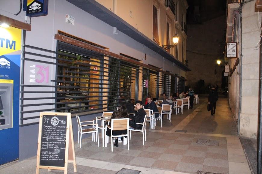 Almerienses disfrutando de la noche almeriense en la terraza del Restaurante Real 31.