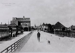 Photo: Trammetje:  naast de Prins Hendrik Stichting, van 1905 tot 1934. Het spoortje werd het genoemd. Ik weet  nog een versje! Lange Gerrit arme Keessie Bie, liepen samen 1, 2, 3 van de werf naar het spoor zo ging het de hele dag maar door .