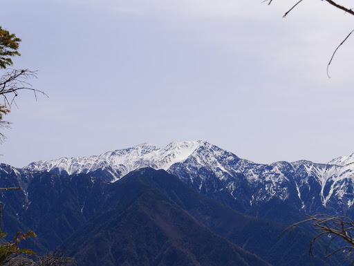荒川岳と左奥に悪沢岳