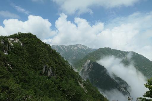 奥に蓮華岳、右は北葛岳
