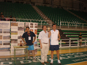 Photo: Juan Carlos Domínguez recibe el Trofeo a la Mejor Anotación del Concurso, 14 puntos, de manos de Pepe Sánchez (Presidente del Cáceres Basket)