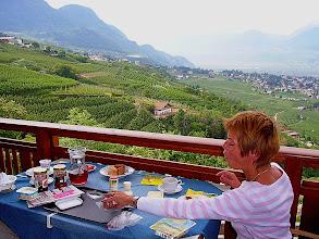 Photo: Beim Frühstück im Haus Tschivon