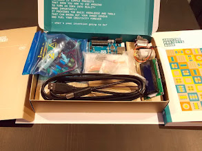 Photo: Содержимое: набор мелочи, Arduino Uno, серводвигатель+обычный двигатель, ЖК дисплей, USB-кабель, макетная плата с перемычками