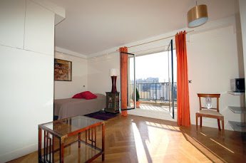 Studio apartment overlooking the Eiffel Tower
