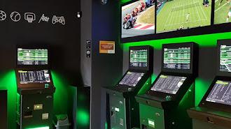 Las máquinas de apuestas deportivas han proliferado en los salones de juego.