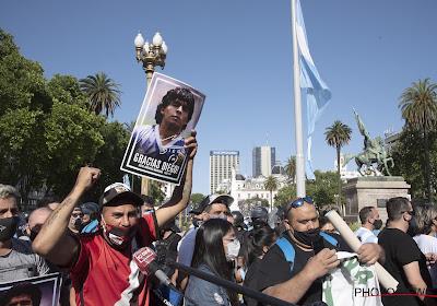 📷 Schaamteloos! Medewerker van begrafenisondernemer poseert met duimpje omhoog naast lichaam van Maradona