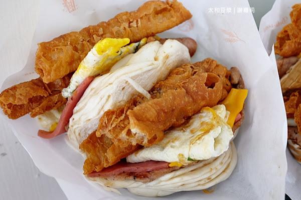 太和豆漿。巷弄隱藏版美食,饅頭夾肉蛋也可以疊得像座澎派小山,最浮誇的傳統中式早餐就是它!(江子翠站)