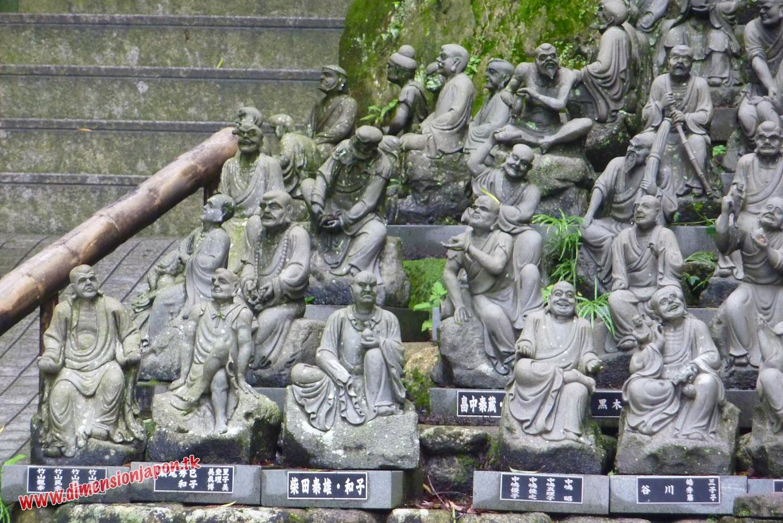 P1060864 Estatuillas en el recinto del Nanzoin Daibutsu (Fukuoka) 15-07-2010