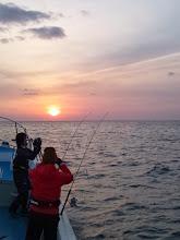 "Photo: いやー、ホント久しぶりの釣行です。 シケ多すぎでしょ! お魚さんたち口をあけて待ってますよー!たぶん。 ・・・今日の釣りに感謝するブルーニングハーツ""藤井さん""!"