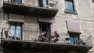 Dos personas en un balcón de Girona en este Miércoles Santo.
