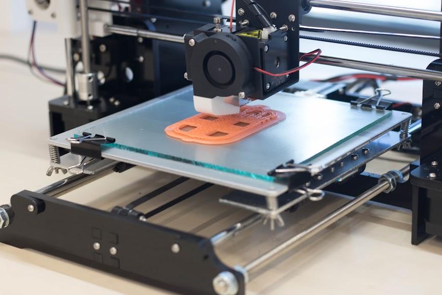 Una impresora 3D en la biblioteca José María Artero.