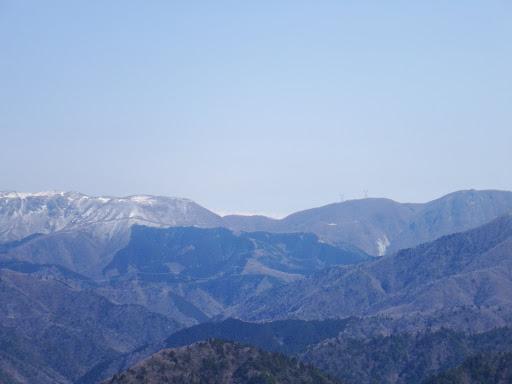 御池岳(左)と藤原岳(右)の間に白山東部の山