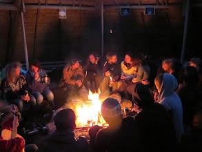 Photo: henge med andre frivillige rundt bålet i storlavvoen vår