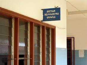 Photo: à l'orphelinat de Klouékanmé, la petite malnutrie risquait de mourir rapidement. Nous avons aussitôt pris les dispositions afin qu'elle bénéficie des meilleurs soins hospitaliers, dans ce service spécialisé