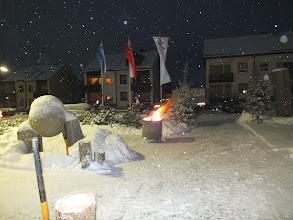 Photo: Vorbereitungen zur Ausstellungseröffnung im Außenbereich des Rathauses der Stadt Schwarzenbach a.Wald