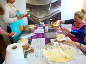 Photo: Rellenando  sus tartas San Marcos de nata y trufa.