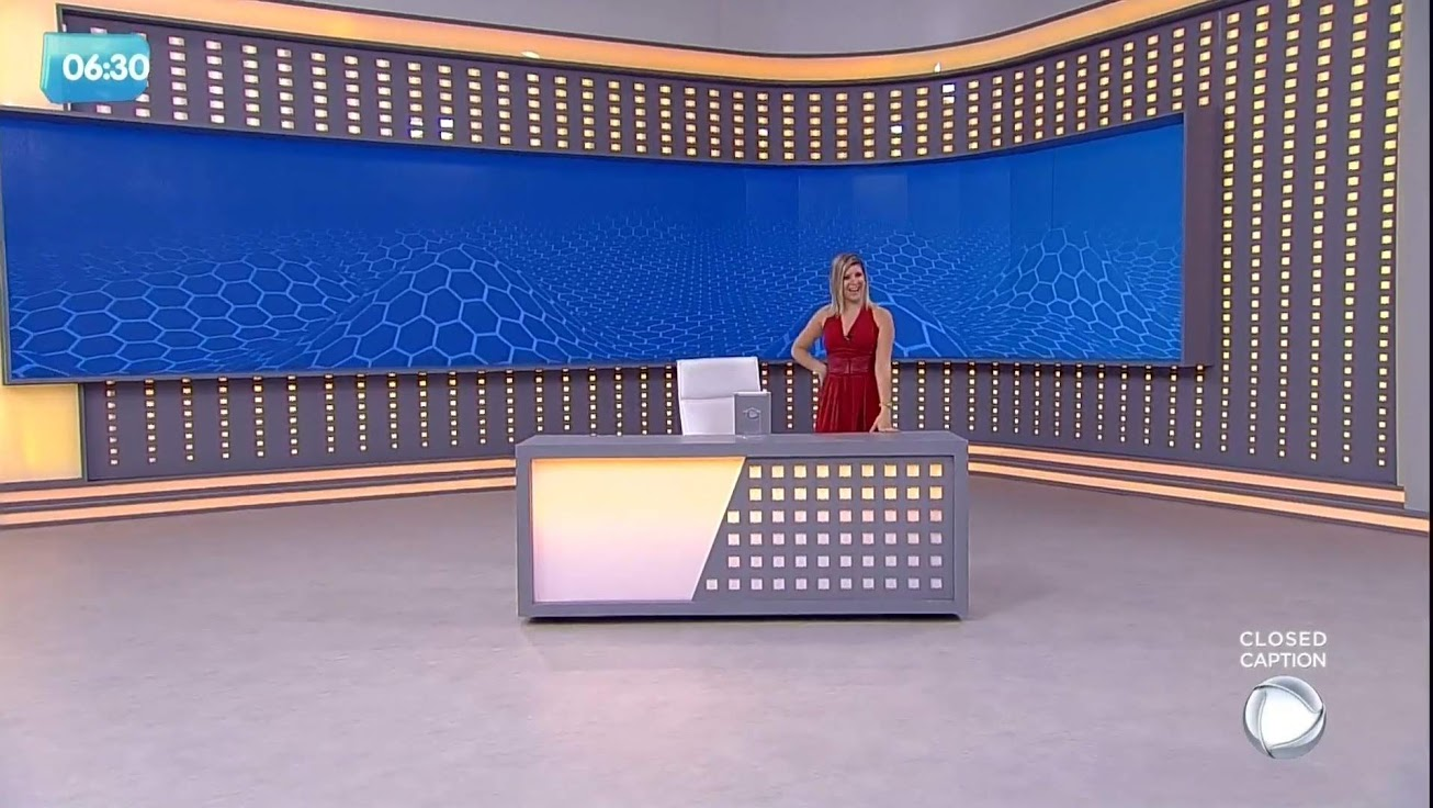 Livia Mendonça apresentando o 'Balanço Geral RJ Manhã' , com destaque para o grande painel de LED em formato de L do novo cenário