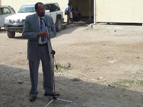 Photo: 10.01.2011 - pose de la première pierre : le Directeur Général du MENFP