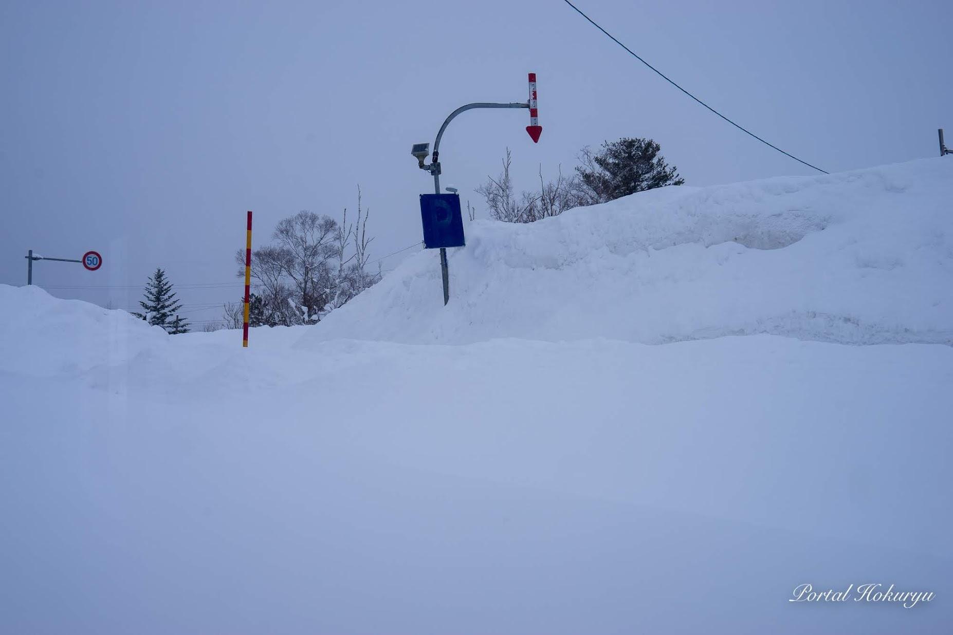 矢羽根に届きそうな雪の壁