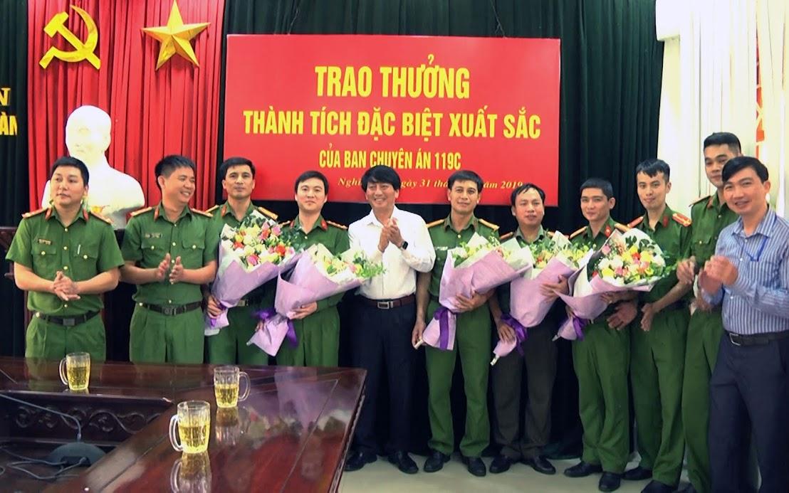 Lãnh đạo Huyện ủy, UBND huyện Nghĩa Đàn trao thưởng cho Ban chuyên án 119C