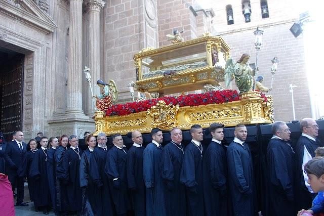 El Santo Sepulcro, tras realizar su estación de penitencia, sale de la Catedral de la Encarnación.