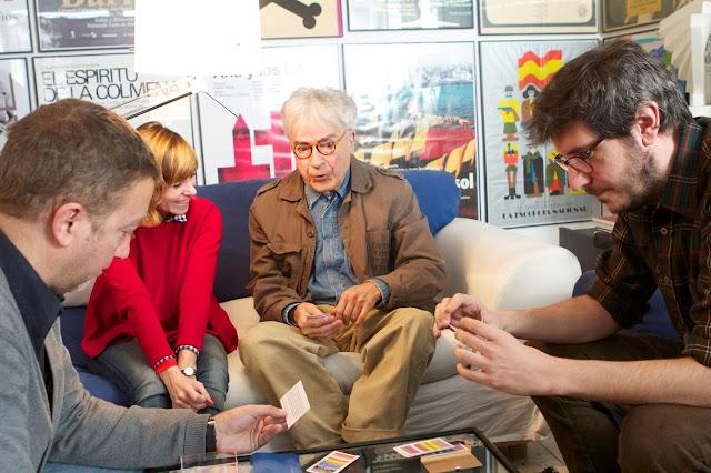 El diseñador Cruz Novillo entre los directores del documental, Andrea G. Bermejo y Miguel Larraya, y su hijo Pepe.