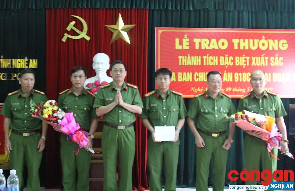 Đồng chí Đại tá Nguyễn Mạnh Hùng, Phó Giám đốc Công an tỉnh trao thưởng cho Ban chuyên án 918C