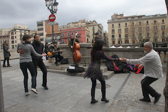 Photo: ... Rambla de la Llibertat on danse au son d'un orchestre ...