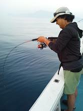 """Photo: な、なんと! 魚の撮影終わって、ジグ投入したらまたヒットの""""ヤマシタさん"""""""