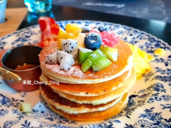 台中早午餐推薦,價位不會太貴,吃起來好吃!藍莓優格、夏戀蜜桃鮮果茶夢幻飲品也很好吃~~