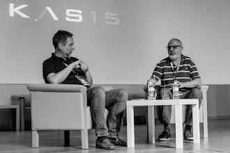 Photo: Javier Burgos entrevistado por César, tratando de recordar si el Alzheimer es una enfermedad o un síndrome.