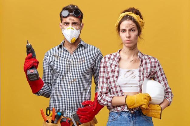 Ремонт, строительство, реновация и концепция дома. серьезная пара делает ремонт дома Бесплатные Фотографии