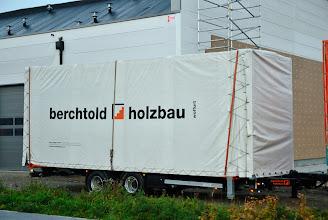 Photo: © ervanofoto 24-10-2012 Op deze aanhanger staat een wisselbak. Die blijft hier staan. De aanhanger gaat weer terug naar Oostenrijk voor een volgende lading.