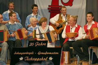 Photo: Fröhliches Zusammenspiel und Arno beim Talerschwingen