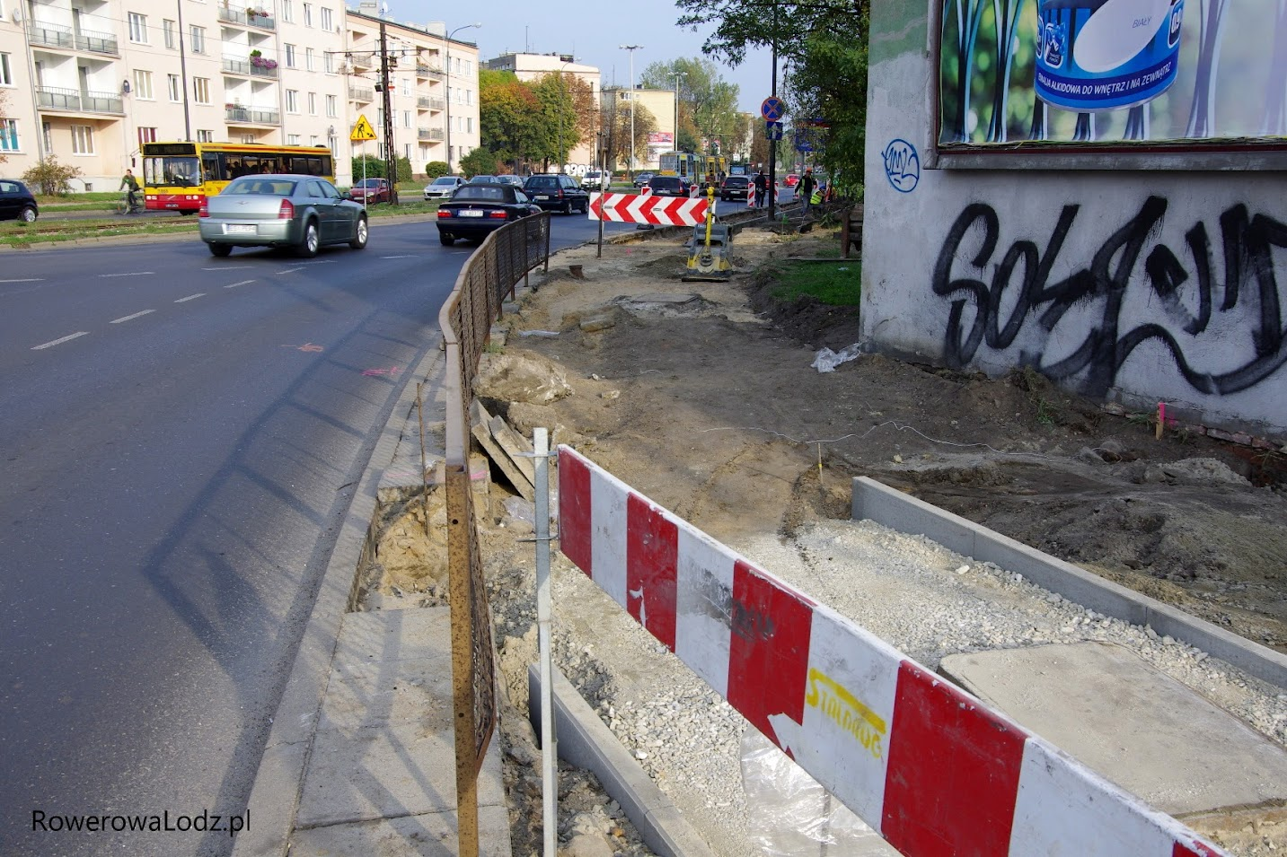 Martwiliśmy się o to wąskie gardło, ale markery na asfalcie wskazują jak będzie szła nowa droga dla rowerów