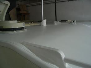 Photo: Aspecto del techo pintado a rodillo. También se han pintado las barras decorativas del techo.