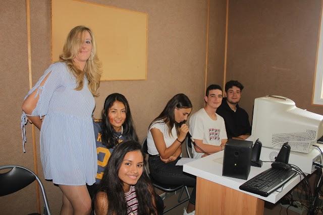 Alumnos de 1º de Bachiller leyendo poemas de Premios Nobel de la literatura hispana.